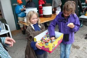 Nach den Würstchen wurden auch Süßigkeiten verteilt