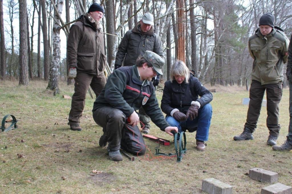 Fangjagdausbilder Jan Bennwig erklärt den Teilnehmern des Jungjägerkurses der Jägerschaft Burgdorf den sicheren Umgang mit einer Falle. Foto: Ute Czymmek