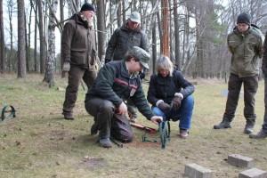 Fangjagdausbilder Jan Bennwig erklärt den Teilnehmern des Jungjägerkurses der Jägerschaft Burgdorf den sicheren Umgang mit einer Falle. Foto: Foto: Ute Czymmek