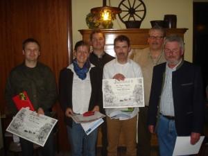 Olaf Petzold (Lehrte) (v.l.n.r.), Ute Czymmek (Wienhausen) und Thorsten Meyerhoff (Uetze) wurden als beste Jungjäger 2015 von Christoph Scheuermann, Hans-Otto Thiele und Eckhard Baars ausgezeichnet. Foto: Oliver Brandt.