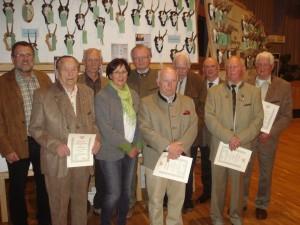 Horst Windt und Gaby Muhle zeichnen Jäger für 50 Jahre Mitgliedschaft aus. Foto: Oliver Brandt