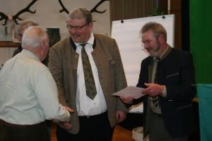 Eckhard Baars und Hans-Otto Thiele beglückwünschen die Revierpächter für ihre Hegearbeit zum Schutz des Wildes. Foto: Uwe Kurmeyer