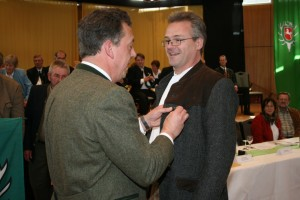 Arndt Westmann erhält vom Präsidenten der Landesjägerschaft Niedersachen, Helmut Dammann-Tamke, eine Auszeichnung für besonders vorbildliche Raubwildbejagung. Foto: Uwe Kurmeyer