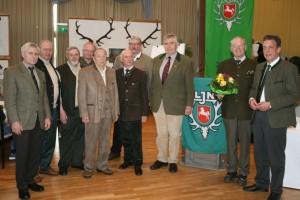 Helmut Dammann–Tamke zeichnet Jäger für langjährige Mitgliedschaft und für ihre Verdienste rund um die Jagd aus. Foto: Uwe Kurmeyer