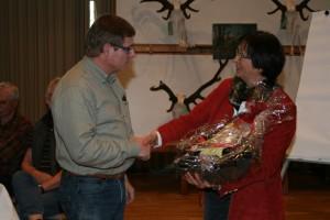 Die stellvertretende Vorsitzende Gabi Muhle bedankte sich bei Michael Knuppertz für sein Engagement als ehemaliger Hundeobmann der Jägerschaft. Foto: Uwe Kurmeyer