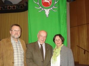 Kurt Grefe (Ahlten) wird von Gabi Muhle und Horst Windt für 60jährige Mitgliedschaft ausgezeichnet. Foto: Oliver Brandt