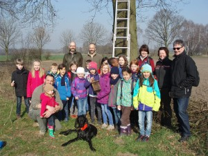 Schülerinnen und Schüler der Klasse 3a von der Lehrter St.-Bernward-Schule bringen gemeinsam mit Steinwedeler Jägern Nisthilfen für Waldkauz und Meisen an. Foto: privat