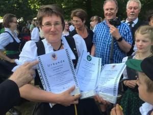 Stolz präsentiert die musikalische Leiterin Maike Unger die Urkunden aus Kranichstein