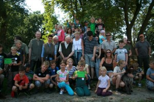 Jagdaufseher Wolfgang Schmidt (links mit Weste) mit sehr zufriedenen Kindern und Helfern. Foto: Hartmut Scholz
