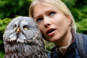 Tierarzthelferin und Greifvogel-Expertin Sylvia Urbaniak mit einem Bartkauz. Bild: Seifert/DJV