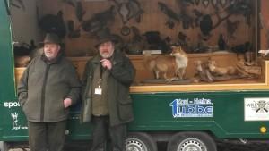 Klausgünther Kleffmann und Jürgen Schröder informieren die Besucher über Wild, Feld und Wald am Infomobil. Foto: H. Scholz.