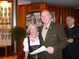 Rosita Schottmann wird von Hegeringleiter Hartmut Scholz für 20 Jahre Mitgliedschaft geehrt. Foto: Ulf Schärling