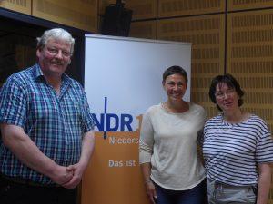 Hans-Otto Thiele und Gaby Muhle wurden von Moderatorin Martina Gilica (Mitte) in der NDR 1 Plattenkiste interviewt.