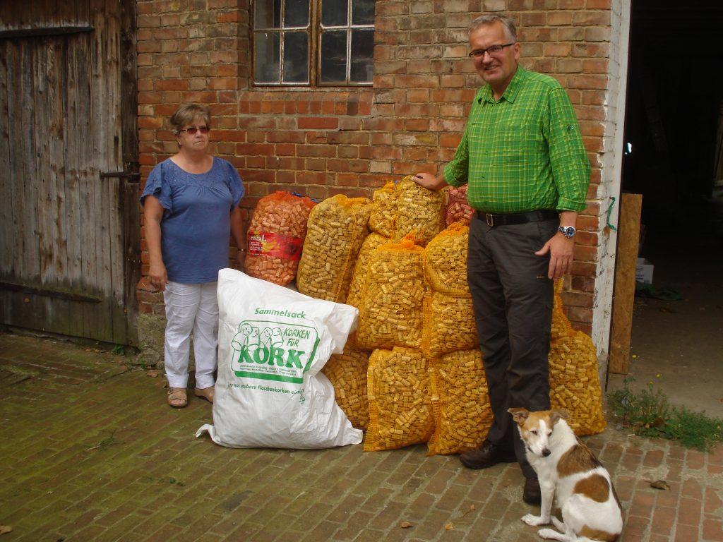Jäger Oliver Brandt übergibt Dorothe Meyer 25 Kartoffelsäcke mit Korken für die Diakonie Kork. Foto: Oliver Brandt