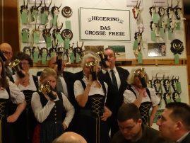 """Das Jagdhornbläserkorps """"Das Große Freie"""" begleitet die Versammlung"""