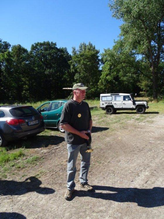 Hegeringleiter Harmut Scholz begrüßt die Kinder